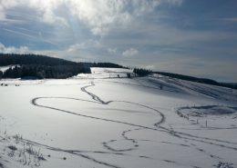 Landschaftsbild mit Schneee und Herz