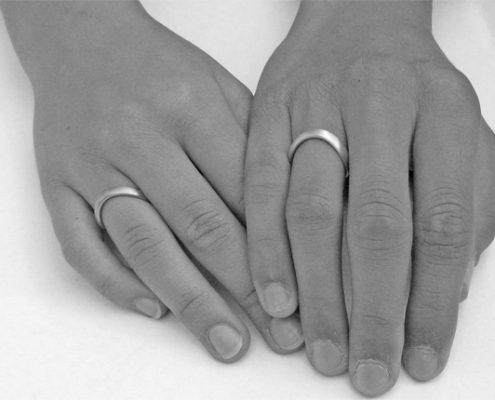ringhand-geschwungene-eheringe