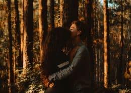 Liebespaar im Wald
