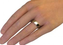 zeigt einen Ring im Ring an einer Hand mit ergonomischem Dreh