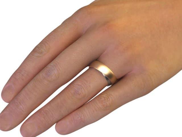zeigt einen Doppelring an Hand